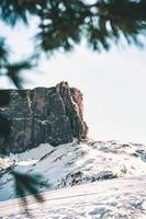 montanhas cobertas de neve durante o dia