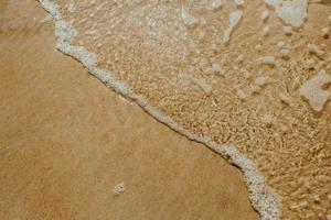 perspectiva de alto ângulo da água salgada na costa