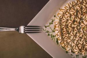 garfo no prato de torta de merengue