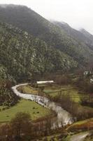 rio no meio de uma paisagem montanhosa