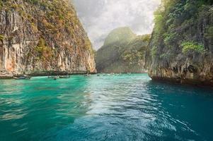 ilha phi-phi, província de krabi, tailândia. foto