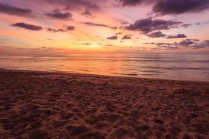 bela praia ao pôr do sol em phuket, tailândia foto