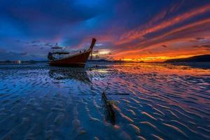 pôr do sol em phuket ao sul da tailândia. foto