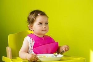 garotinha está comendo