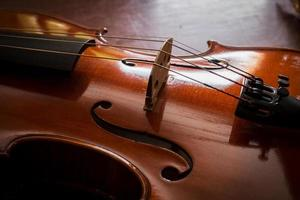 ainda violino de vida na mesa de madeira. foto