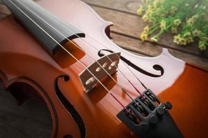 close-up do violino na mesa de madeira foto