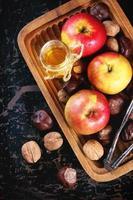 mel, nozes e maçãs