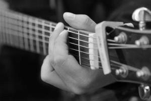 feche a guitarra, toque o conceito de música foto