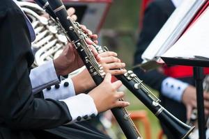 mãos de mulher tocando clarinete