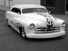 um carro em chamas foto