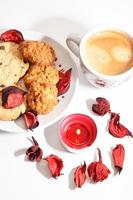 xícara de natal de café expresso com biscoitos e vela vermelha