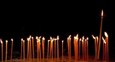 queimando velas religiosas