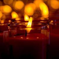 velas de igreja em lustres vermelhos transparentes