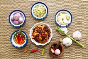 molho de pasta de camarão e pimenta com legumes frescos