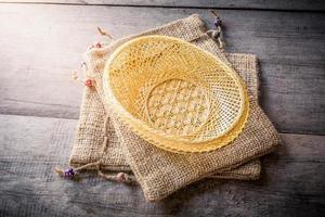 cesta feita de bambu e bolsa de saco