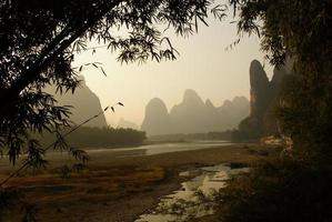 paisagem do rio yu long em yangshuo, guilin, província de guanxi, china