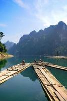 rafting de bambu na represa de ratchaprapa suratthani, tailândia