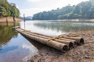 paisagem aquática cênica com jangada de bambu no parque nacional periyar, Índia.