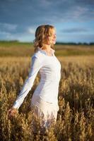 jovem mulher no campo de trigo