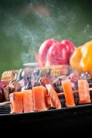 espetos de salmão saborosos na grelha.
