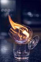 vidro com álcool em chamas. foto