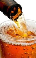 derramando cerveja da garrafa isolada no fundo branco foto