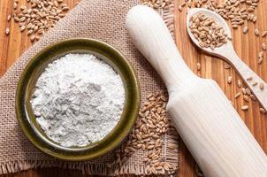 farinha e grãos de trigo