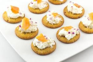 biscoitos com cream cheese e salmão defumado