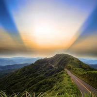 estrada de asfalto para as montanhas