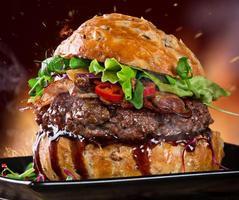 delicioso hambúrguer na madeira