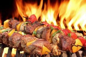 Espetinhos de churrasco na grelha quente close-up