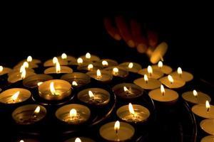 mão acendendo velas