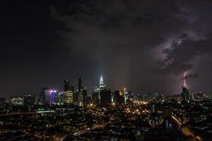 relâmpago atinge um edifício em Kuala Lumpur durante uma tempestade