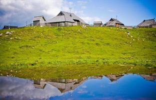 reflexão em uma lagoa em velika planina