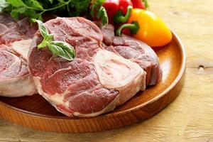 ossobuco de carne crua fresca em uma placa de madeira