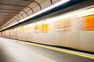trem de metrô em movimento foto