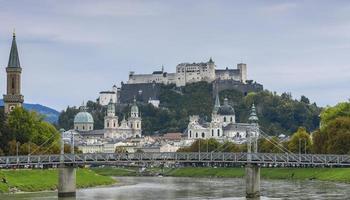 Festungsberg com castelo Hohensalzburg, Rio Salzach em Salzburg, Áustria