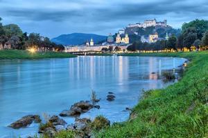 rio Salzach à noite em Salzburg
