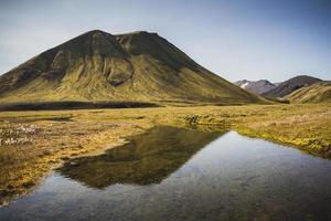 montanha vulcânica verde no sul da Islândia