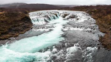 bruarfoss (queda de ponte), é uma cachoeira do rio bruara foto