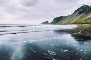bela costa do oceano atlântico na islândia foto