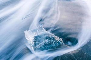 lindo gelo azul na praia de areia preta, jokulsarlon, Islândia