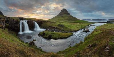 paisagem da Islândia com vulcão e cachoeira foto