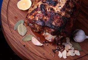 closeup de carne assada na tábua de madeira