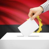 urna com bandeira nacional no fundo - angola foto
