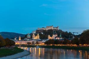 vista do crepúsculo da cidade velha de salzburg, áustria