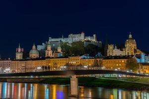 visão noturna da cidade velha de salzburg, áustria