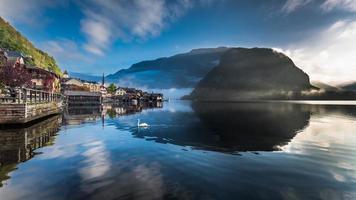 Lago enevoado ao amanhecer em Hallstatt foto