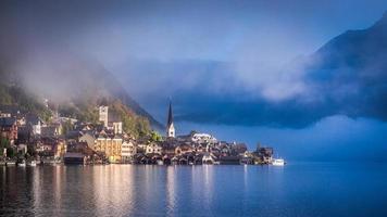 manhã nublada de outono em Hallstatt foto