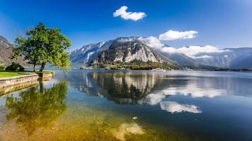 barco de recreio em um lago de montanha em Hallstatt foto